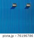 青いトタンの壁 76196786