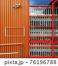 オレンジの壁と赤い格子のガラス窓 76196788