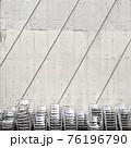 椅子とコンクリートの壁 76196790