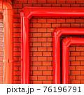 レンガの壁と赤いパイプ 76196791