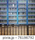 青い壁の住宅と柵 76196792