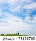 公園のベンチで座っているカップル 76196793