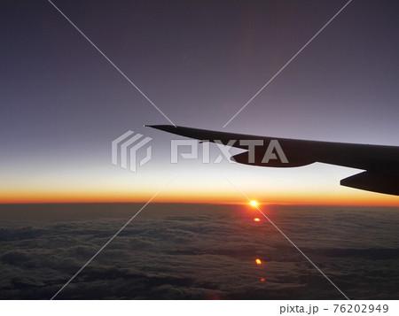 飛行機の窓から見えるトリコロールカラーの空と太陽 76202949