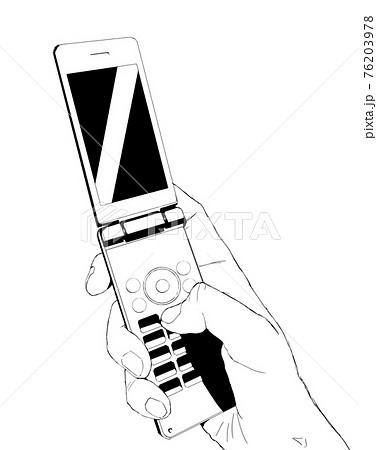 ガラケーを持つリアルな手のモノクロイラスト4 76203978