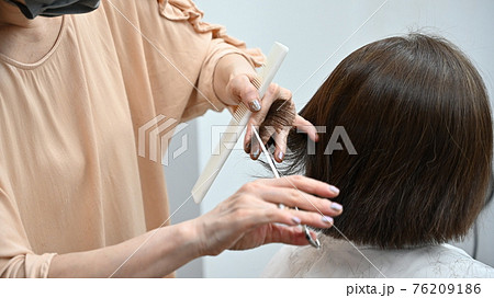 ヘアーサロンで髪を切る女性【8/8】(高画質) 76209186