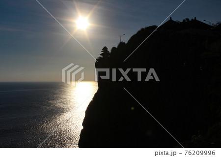 バリ島、ウルワツ寺院の夕日シルエット 76209996