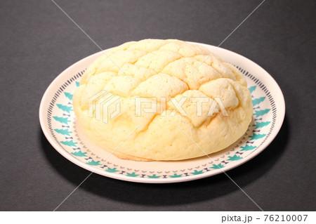 皿の上のメロンパン 76210007