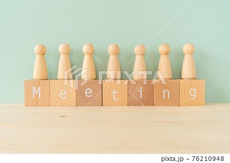 ミーティング 「Meeting」と書かれた積み木と木の人型オブジェ 76210948