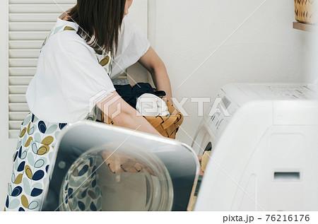 家で洗濯する女性 76216176