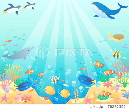 夏の海でクジラやペンギンやイルカが泳いでいるベクターイラスト背景(風景、コピースペース) 76222392