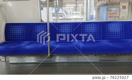 終着駅の誰もいない電車の青いシート 2805 76225027