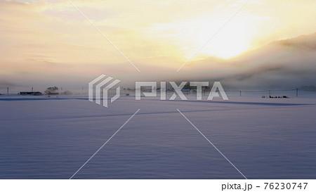 里山 雪景色の夜明け(蒜山高原) 76230747