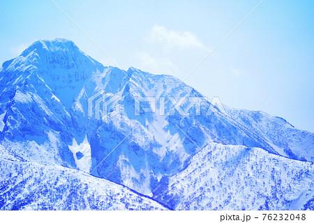 冠雪が美しい斜里岳の山頂付近 北海道 76232048
