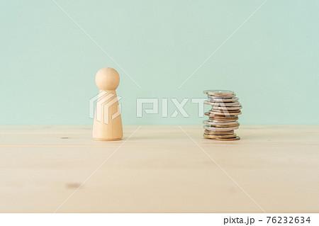 お金好き|金の亡者|人型の木製オブジェとハートマークの積み木と積まれたコイン(お金) 76232634