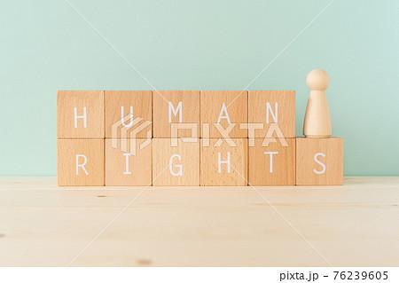 人権 「HUMAN RIGHTS」と書かれた積み木と人型の木製オブジェ 76239605