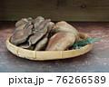 笊に盛った平茸と椎茸 76266589