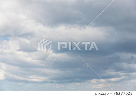 【どんより曇り空 空背景や空合成素材】 76277025