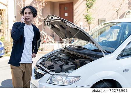 車が故障して困った男性 76278991