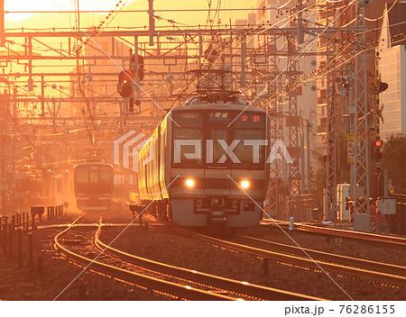 夕暮れの芦屋駅付近を走る207系電車 76286155