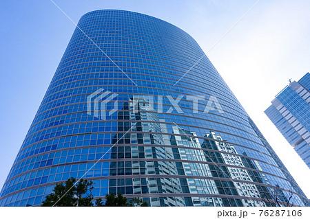 青空にそびえる 品川インターシティの高層ビル群 76287106