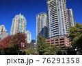 快晴の秋空とマンション群(カナダ バンクーバー) 76291358