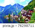 オーストリアのハルシュタットを少し遠めから 76298711