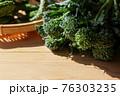 木材背景のスティックブロッコリー 76303235