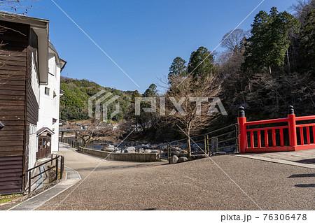 愛知県 春の足助の赤い橋 待月橋 76306478