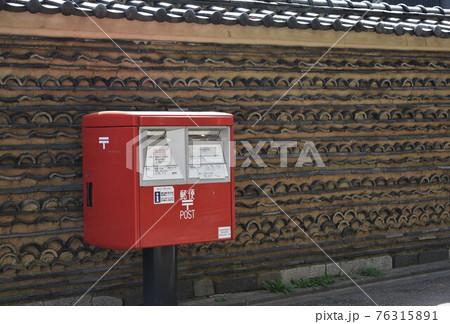 古都隠れ寺の瓦塀に添う郵便ポスト② 76315891