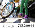 自転車と女の子 76320944