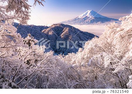 《山梨県》富士山と樹氷・日本の冬景色 76321540