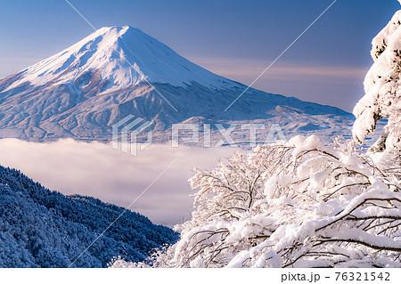 《山梨県》富士山と樹氷・日本の冬景色 76321542