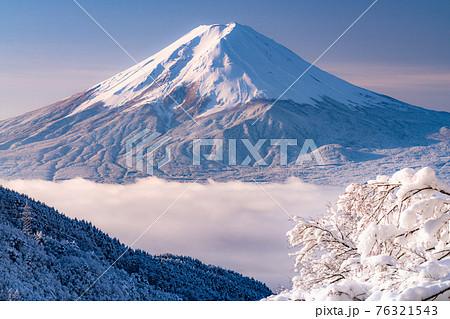 《山梨県》富士山と樹氷・日本の冬景色 76321543