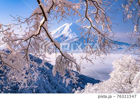 《山梨県》富士山と樹氷・日本の冬景色 76321547
