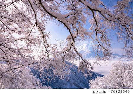 《山梨県》富士山と樹氷・日本の冬景色 76321549