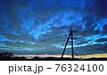 夕焼けの空と電柱 76324100