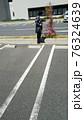 駐車場で花を見つめる中年女性 76324639