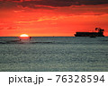 海に沈む夕陽とサーファーと大型貨物船(アメリカ合衆国 ハワイ州) 76328594