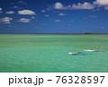 青い空と青い海とスタンドアップパドルボード(アメリカ合衆国 ハワイ州) 76328597