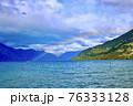 ニュージーランドのクイーンスタウンの山に虹が架かる 76333128