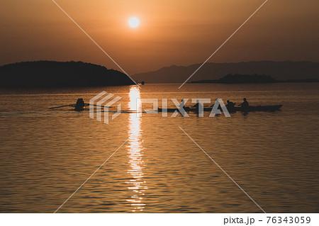 夕焼けとボート 76343059