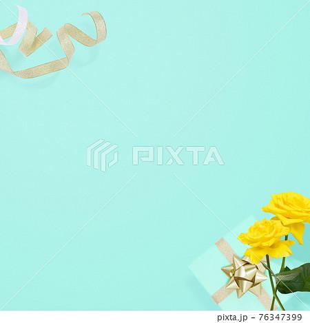 黄色いバラとギフトのイメージ背景 - 複数のバリエーションがあります 76347399