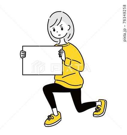 メッセージボードを持つ女性 76349258