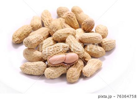 茹で落花生 茹でピーナッツ 殻付き 明るい背景 76364758