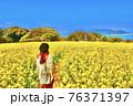 福岡県の能古島の頂上に広がる菜の花の絨毯 76371397
