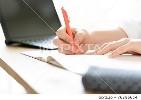 勉強する女子学生 76386654