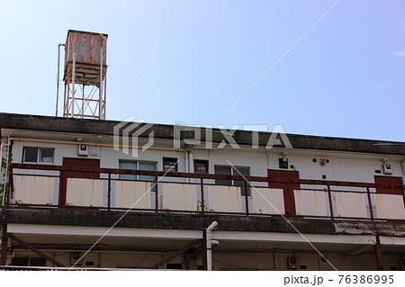 廃墟となったアパートの渡り廊下側(2) 76386995