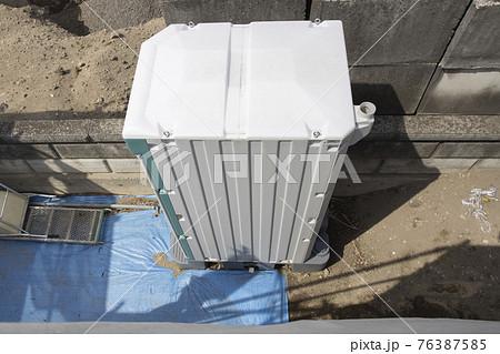 俯瞰で見た建築現場にある仮設トイレ 76387585