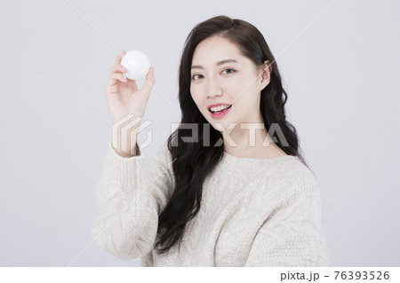 Asian female model with long hair, winter beauty concept 76393526