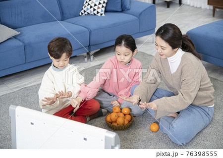 Asian mom and children, sister and brother family concept spending time at home 76398555